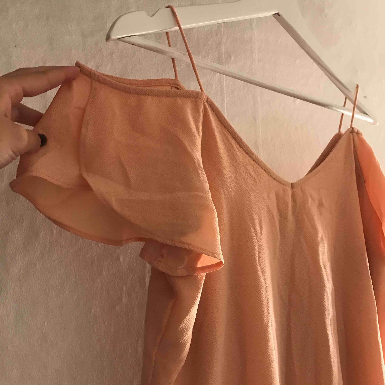 Jätte fin klänning ifrån VILA i typ en aprikosrosa färg. Aldrig använd. Skulle säga att det mer är som en S än XS. Köparen står för frakt. (Skrynklig nu då den legat i en låda sen jag köpte den) . Klänningar.