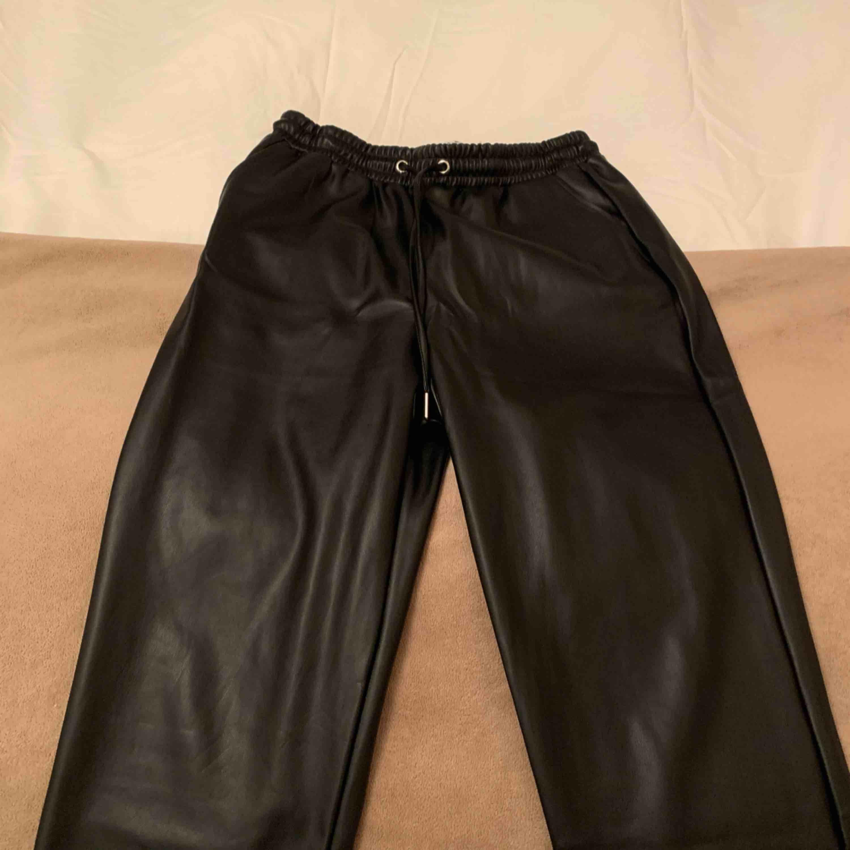 Ett par skinnbyxor från nakd använda en gång då de är för stora för mig! De passar nog en 34-36 beroende på hur du vill att de ska sitta! Helt nya!!. Jeans & Byxor.