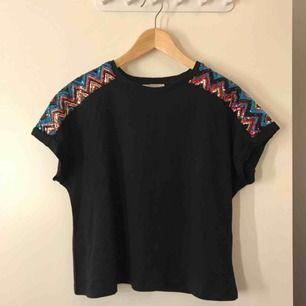 Svart T-shirt med paljett detaljer på axlarna från Zara.  Frakten är inkluderad i priset🖤💙❤️