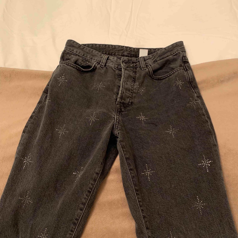 Superfina jeans ifrån hm! Helt oanvända då de inte riktigt satt så bra på mig så endast testade alltså :) . Jeans & Byxor.