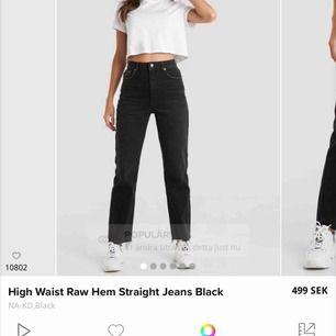 Säljer dessa helt nya nakd mom jeans, endast testade. Insåg att jag inte kommer använda dom och nu är det försent att lämna tillbaka dom. Jag brukar ha S så skulle säga att dessa passar S också! Nypris 500kr