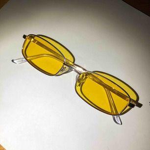 Säljer helt oanvända solglasögon från urban outfitters. Uv- skyddande. Nypris: 100kr Köpare står för frakt