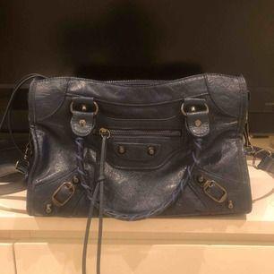"""Väska inspirerad av Balenciagas """"city bag"""". Knappt använd, bra kvalite. Mörkblå om det inte skulle framgå av bilderna. Väldigt rymlig, storlek medium. Skriv för fler bilder💕"""