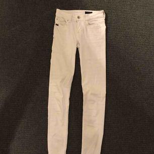 Jättesnygga vita jeans från Tiger of Sweden! De säljs pga att de tyvärr är lite för tighta & lite korta för mig:(  Använda 2-3 ggr & är i bra skick förutom lite slitningar på tiger of sweden märket där bak☺️ Nypris ca 1200kr