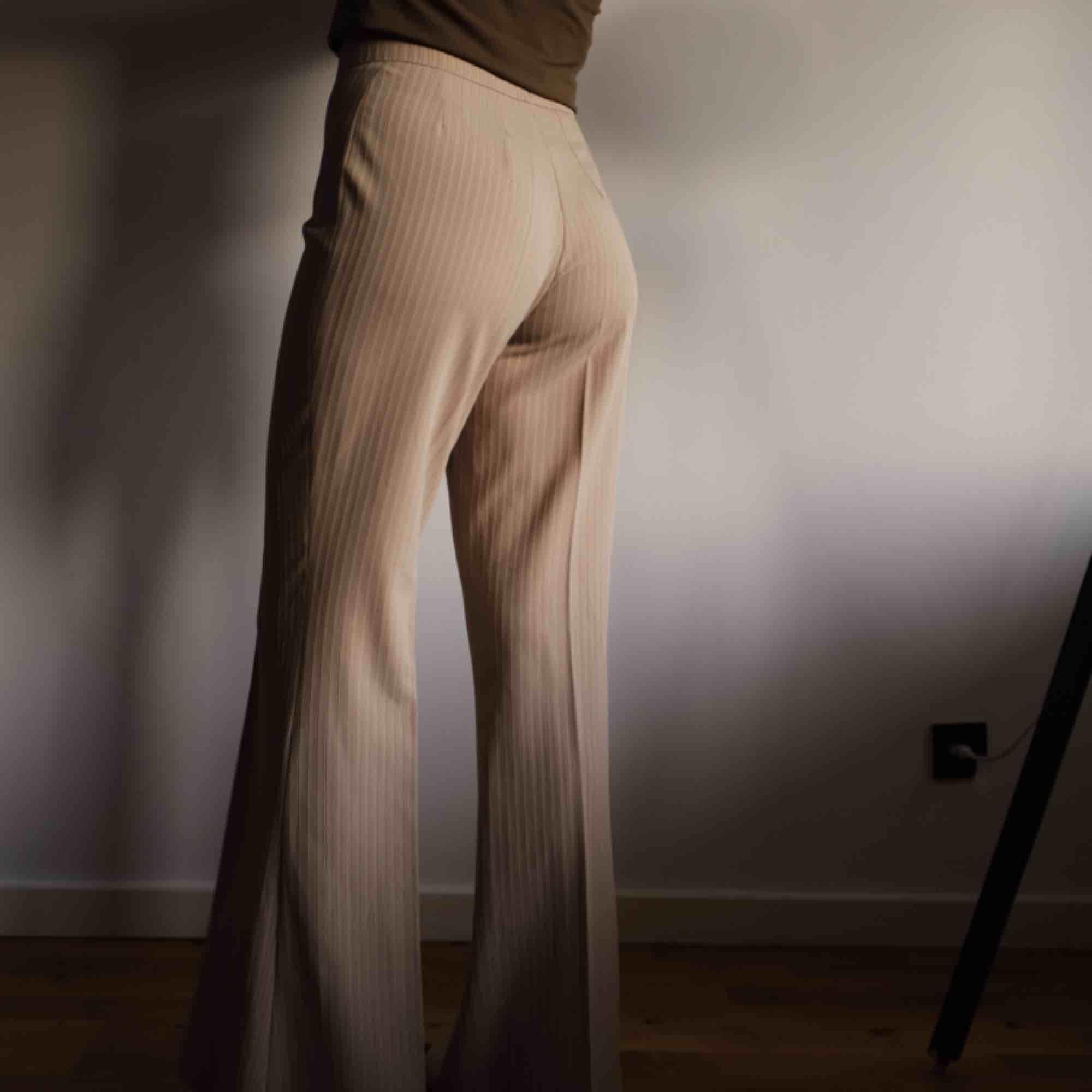Snygga beiga utsvängda kostymbyxor i storlek Small.. Jeans & Byxor.