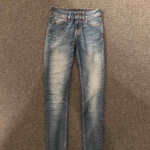 Skitsnygga jeans från Tiger of Sweden💖 Modellen heter slight och är i strl 24/32! Säljs pga för tighta för mig. Använda max 2-3 gånger och är i fint skick☺️ Nypris ca 1200kr