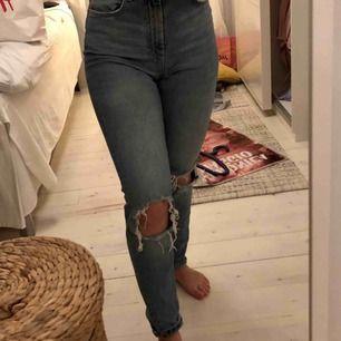 Jeans från GinaTricot som inte kommer till användning längre. Blåa med slitningar i knäna. Möts upp i Stockholm eller så står köparen för frakt.