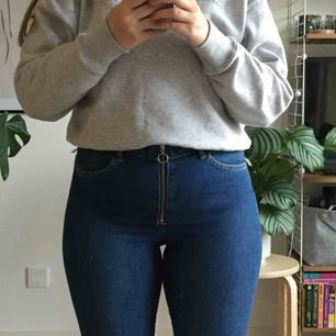 Oanvända utsvängda jeans från H&M med prislappen kvar. Strl W32 och passar mig som brukar ha 40-42, M-L och är 166 cm lång. Möts upp i Stockholm, annars står köparen för frakten!