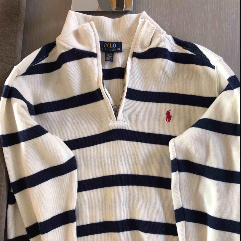 Second hand Polo Ralph Lauren kofta. Ej använd, säljer pga fel storlek. XL i barnstorlek. Möts upp i Sthlm annars står köparen för frakt :). Tröjor & Koftor.