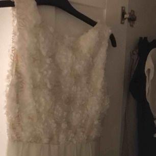 Jättefin klänning till skolavslutning, sommaren eller studenten! Vit klänning me guldigt brodyr  Använd en gång! Frakt: 50kr