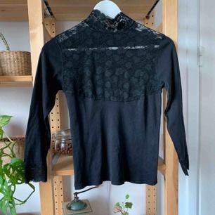 Tight snygg tröja med lite utmanande genomskinlig front. Inköptes på Humana, Stockholm. Porto tillkommer