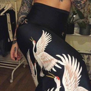 Fantastiska fågelprint kostymbyxor från Zara. Köpta här på Plick i nyskick och jag har aldrig använt dom pga dom var försmå för mig :( frakt 40kr tillkommer.