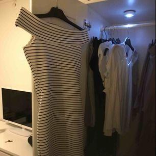 En marinblå och vit randig klänning från mango i storlek XS. Använd 2 gånger, så i nyskick! Frakt: 36kr