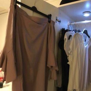 Ljusrosa/nude färgad klänning som är off-shoulder! Använd en gång.   Frakt: 36kr