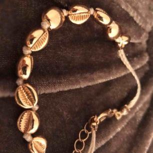 Guldigt snäckarmband från Ullared  Används inte för de är för stort för mig