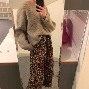 Plisserad, längre kjol från Zara. Storlek M men jag som är xxs/xs i midjan kan också ha den då man lätt kan justera midjan med snöret man knyter, som dessutom är en snygg detalj!🤩