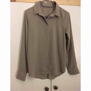 Silkig tunn beige skjorta! Köpt secondhand, finns ingen lapp men uppskattar storleken till 36. Möts i stockholm. //Mängdrabatt om du köper fler grejer//