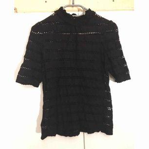 Fin svart topp med spetsliknande mönster. Möts i Stockholm. //Mängdrabatt om du köper fler grejer//