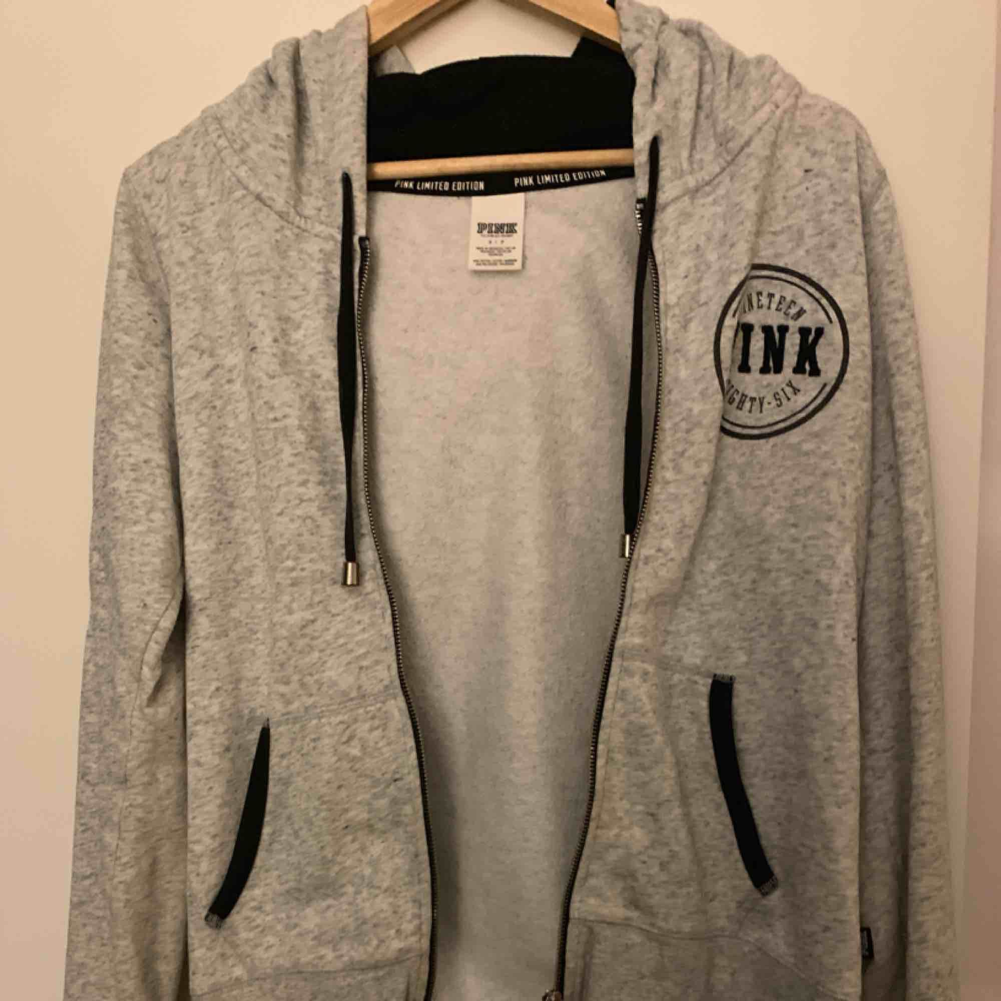 Grå hoodie från PINK (Victoria secret) köpt i New York några år sedan. Den är limited edition;) Sparsamt använd! Möts helst upp på Södermalm.. Huvtröjor & Träningströjor.