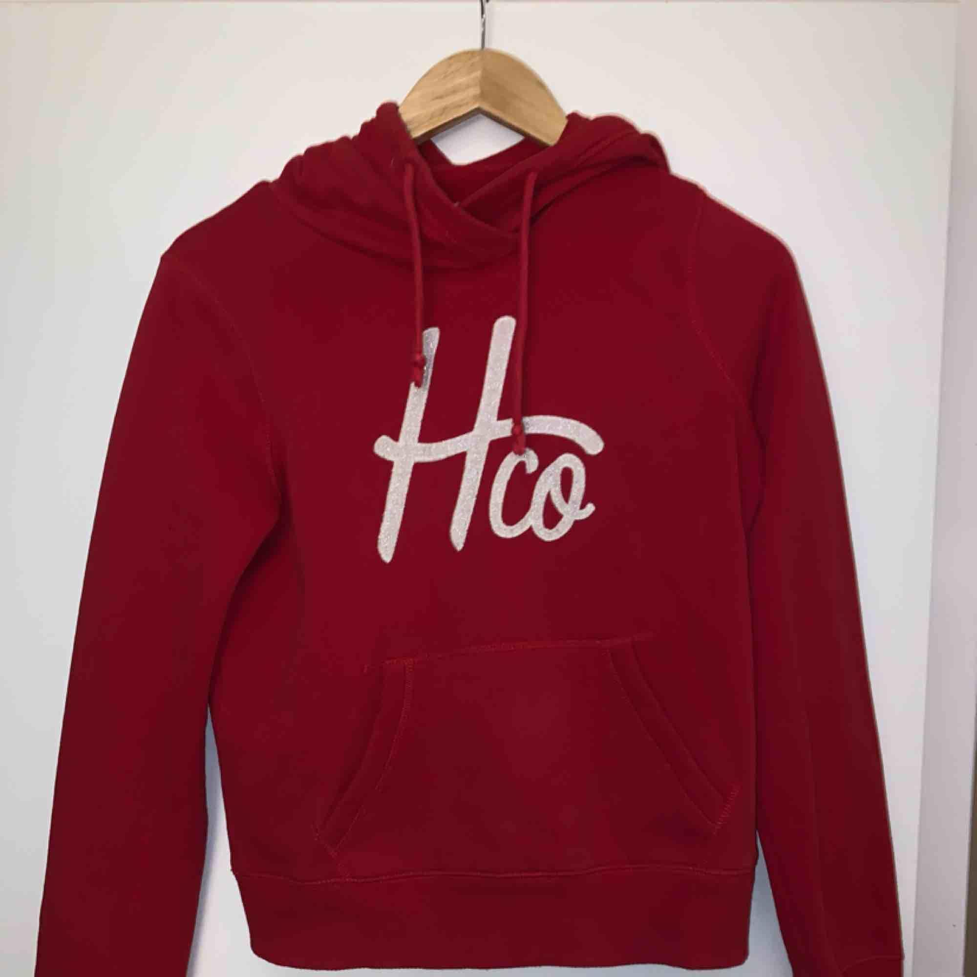 Hollister hoodie i bra skick. Endast använd ett fåtal gånger. Möts helst upp på Södermalm;). Huvtröjor & Träningströjor.
