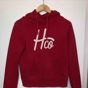 Hollister hoodie i bra skick. Endast använd ett fåtal gånger. Möts helst upp på Södermalm;)