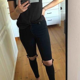 """Säljer ett par Dr. Denim jeans i modellen Lexy """"Black Ripped"""". Endast använda en gång men eftersom de tyvärr är lite för små för mig så har några trådar i hålen gått sönder. Frakt tillkommer!💋 ( billigare frakt vid snabb affär ;) )"""