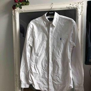 En vit skjorta från Ralph Lauren! Använd Max 5ggr!!! Lite skrynklig men väldigt bra skick!🤩 (originalpris ca 1100kr)