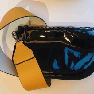 Svart patent-väska med avtagbart axelband. Kan användas som clutch.