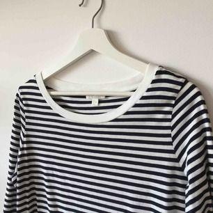Långärmad tröja från COS med mörkblå ränder. Strl M. Använd 3-4 gånger.