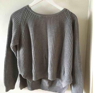 Grå stickad, säljer den pågrund av att den inte passar mig längre! Men super snygg model på tröja.