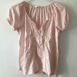 T-shirt/Topp från Odd Molly. Använd fåtal gånger. Nypris 700kr. Köparen står för frakt
