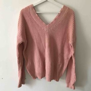 Superskön stickad tröja i bomull, går att ha lös på ena axeln eller som vanligt. Lite oversized. Använd en gång. Frakt ingår😊