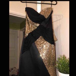 Snygg fest klänning som jag använt 2 gånger på nyårs firande annars har den bara legat i garderoben💃 Original pris: 500kr