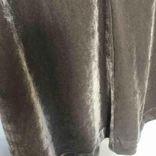 Kjol i velour från Boomerang i storlek S. 🌟 färgen är lite ljusare än på bild (pga materialet). Använd en eller två gånger, nyskick!