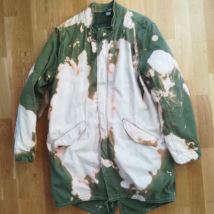 Super unique tie dye winter jacket with removable jacket liner for warmer days in size M (feels more like L). Unisex in great condition.
