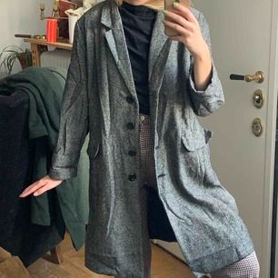 Lång grå kappa som är köpt vintage i England. Säljs billigt då det finns ett lagat hål i ryggen - se bild 3. En halsduk till döljer lagningen. Kan även vara en kostym till halloween? Frakt: 59kr