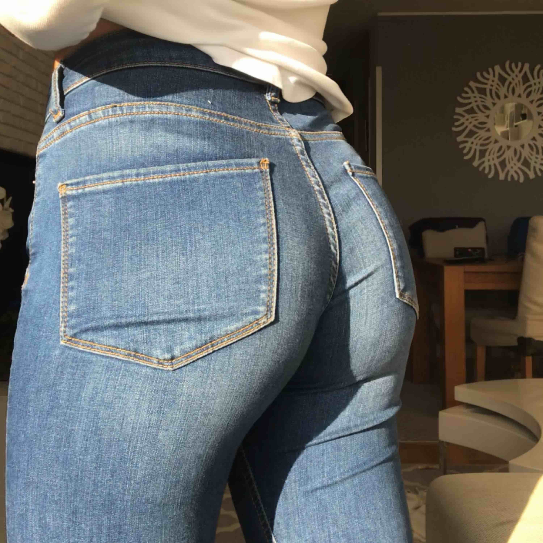Assnygga mid rise bootcut jeans från zara, sparsamt använda ca 2/3 tvättar. Lite stora på mig i midjan perfekta i längden;)). Jeans & Byxor.