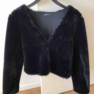 Päls kofta/jacka från Gina tricot strl s, använd fåtal gånger. Kan mötas upp i Malmö men även frakta, köparen står för frakten!:)