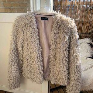 Beige fluffig jacka storlek XS från märket havanna, aldrig använd! Kan mötas upp i Malmö men även frakta, köparen står för frakten!:)