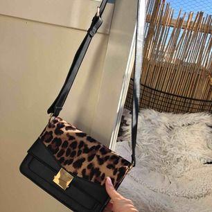 Väska från ASOS använd fåtal gånger, jätte fint skick! Kan mötas upp i Malmö men även frakta, köparen står för frakten!:)