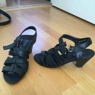 Låg klack strl 36 från Din sko.  Knappt använda. Kan hämtas i Spånga/Vällingby eller så står köparen för frakt via Postnord.