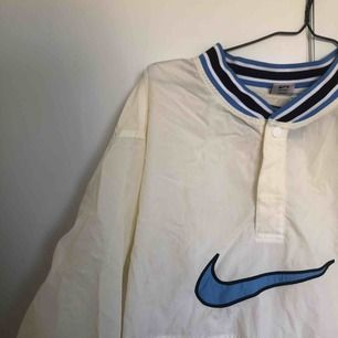 Nike vintage jacka i storlek M. Köpt vintage för 700kr, knappt använd.