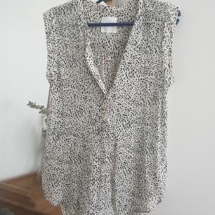 Fin svartvitt blus med mönster från Inwear. Storlek 38. Fin material. Kan skickas annars finns i Malmö! Frakt ingår