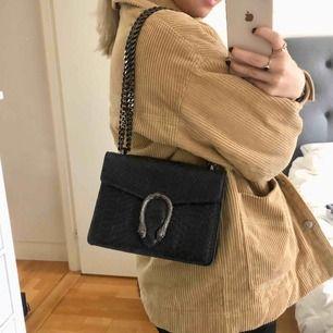 Gucci inspirerad väska med snakeprint, sparsamt använd! Köparen står för eventuell frakt 🖤
