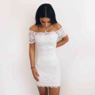 Jätte fin klänning i spets, figursydd i formen och sitter jätte fint!