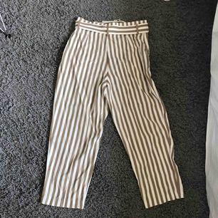 Säljer ett par randiga byxor som är vita och mörk beiga🎀 Dem är helt nya och har aldrig använt dem, bara när jag provat dem! Säljer för 100kr plus frakt! Nypris  300kr Pris kan diskuteras vid snabb affär