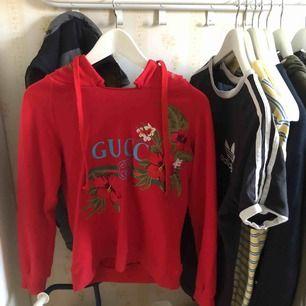 """Fale Gucci tröja. Köptes här på plick, skulle vara en """"riktigt bra kopia"""" men håller inte med. Priset går att diskutera storleken står M men skulle sägs XS"""