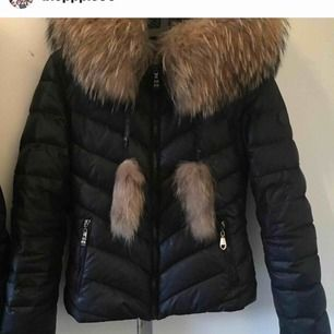 Jättefin jacka från hollies med äkta päls, storleken på jackan är 38 men passar mycket fint på mig med 36. Den är använd några få gånger förra säsongen;)