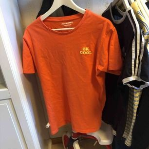 T-shirt från jack n Jones lite stor i storlek så skulle säga M