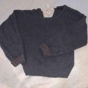 Stickad tröja i en kall grå färg från Zara. Extremt mysig i storlek M med knyte i nacken.